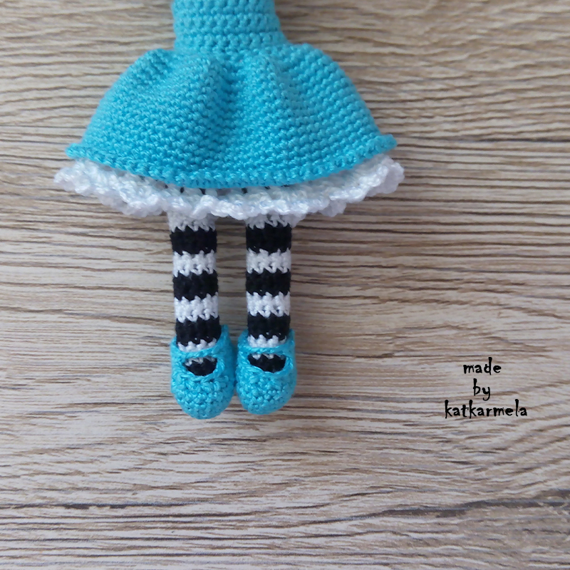 Knitting pattern for doll Alice in Wonderland